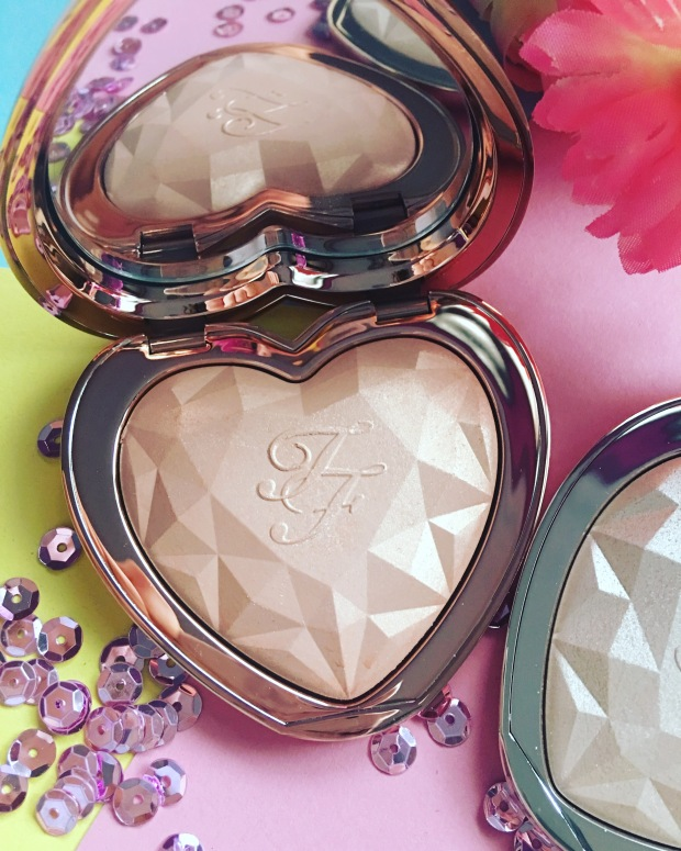 Too Faced Love Light Prismatic Highlighter (1)